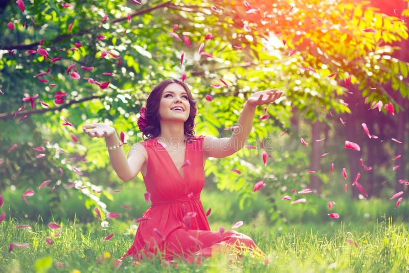 Belle fille sur la nature en parc Sur le fond photographie stock libre de droits