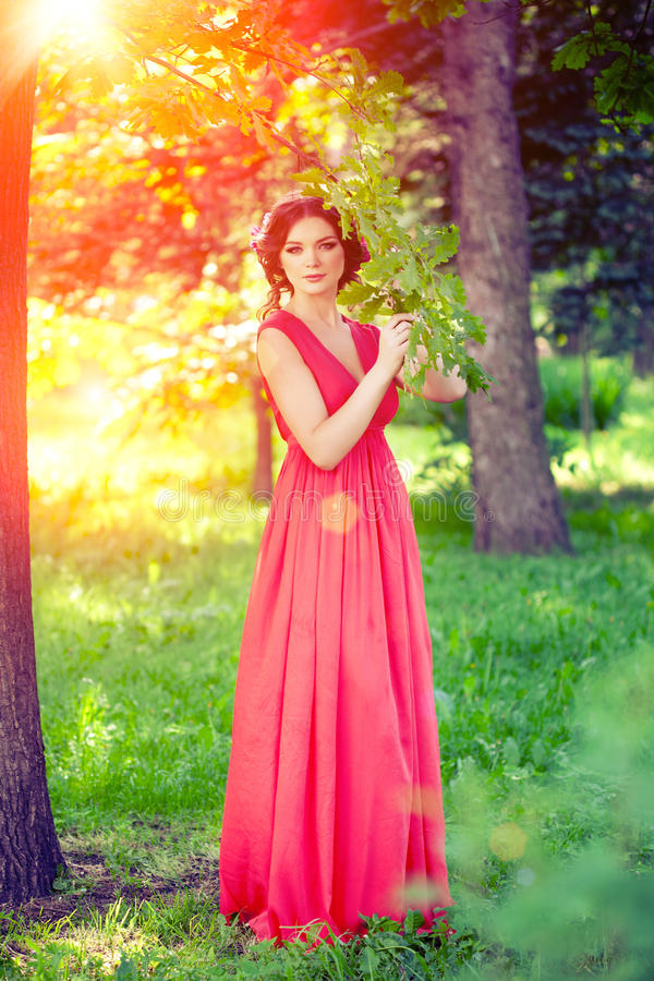 Belle fille sur la nature en parc Sur le fond photos stock