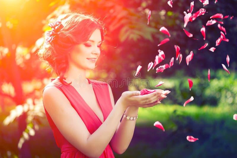 Belle fille sur la nature en parc Sur le fond image libre de droits