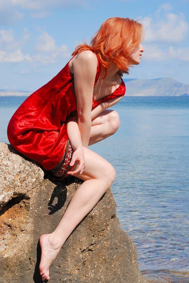 Belle fille sur la roche images stock