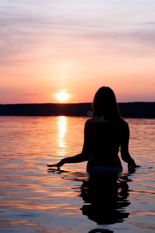 Belle fille sur le coucher du soleil photographie stock libre de droits