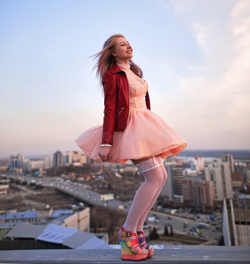 Belle fille sur le toit photos libres de droits