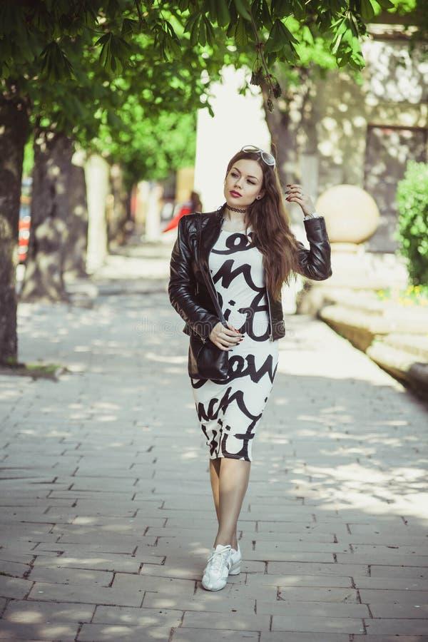 Belle fille sur une promenade photos stock