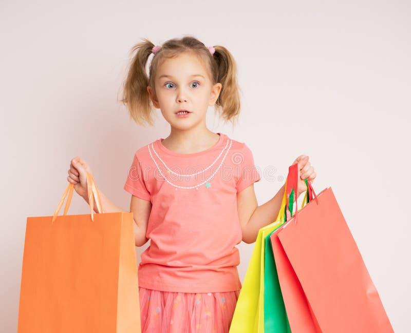 Belle fille tenant des sacs à provisions photographie stock libre de droits