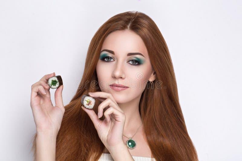 Belle fille tenant des sushi Rolls images libres de droits