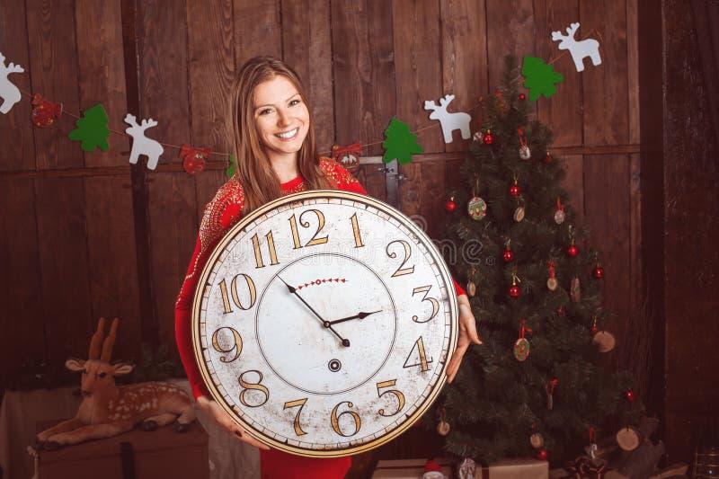 Belle fille tenant la grande horloge image libre de droits