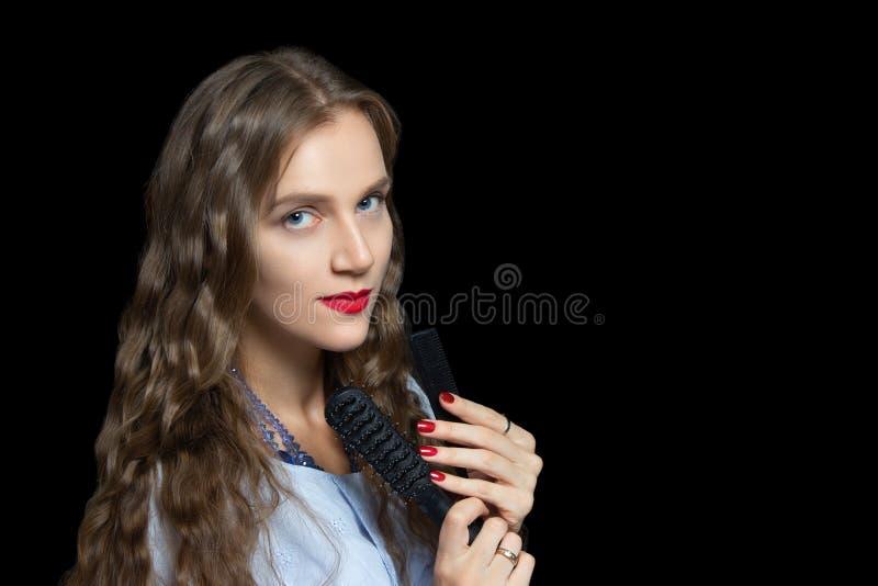Belle fille tenant les peignes noirs photos stock