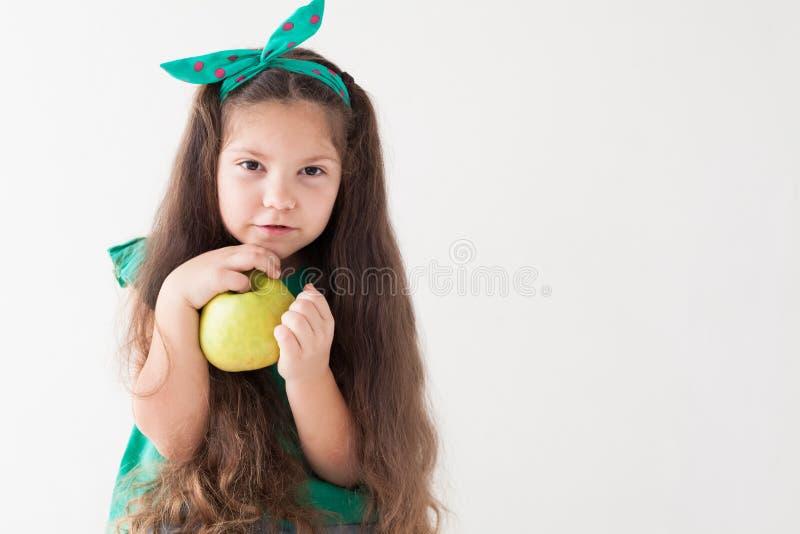 Belle fille tenant un fruit vert d'Apple photographie stock