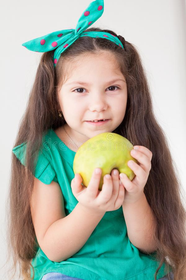 Belle fille tenant un fruit vert d'Apple image stock