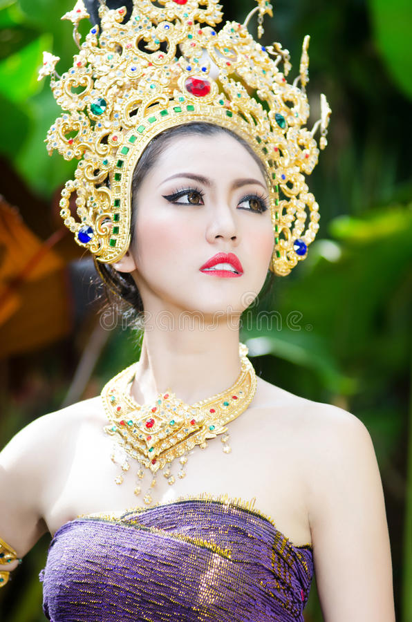 Belle fille thaïlandaise dans le costume traditionnel thaïlandais photos stock