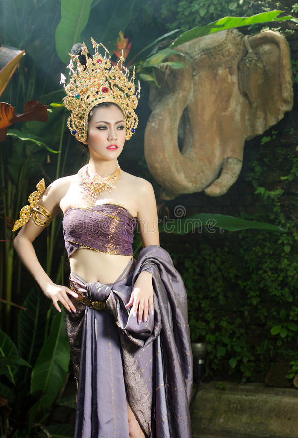 Belle fille thaïlandaise dans le costume traditionnel thaïlandais photographie stock libre de droits