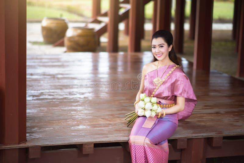 Belle fille thaïlandaise dans le costume traditionnel thaïlandais photo stock