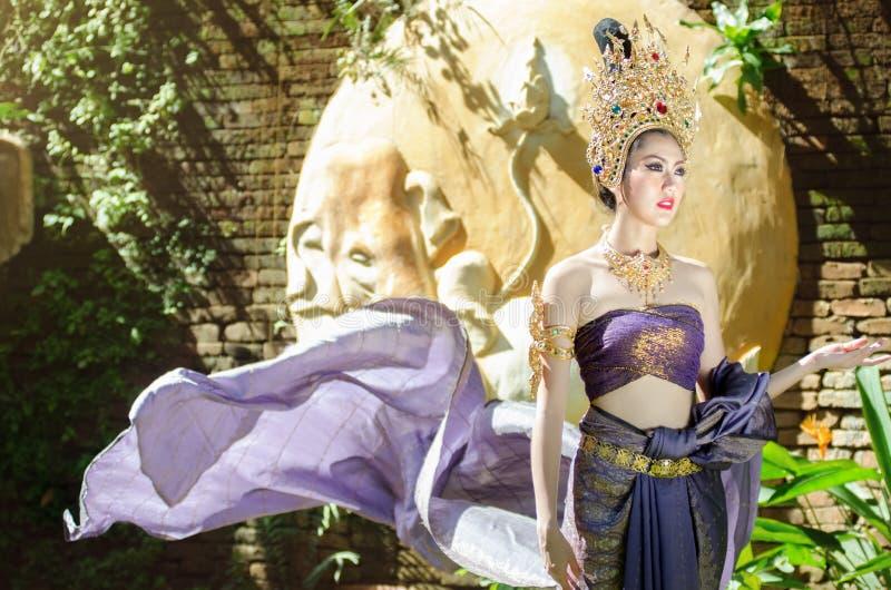 Belle fille thaïlandaise dans le costume traditionnel thaïlandais image stock