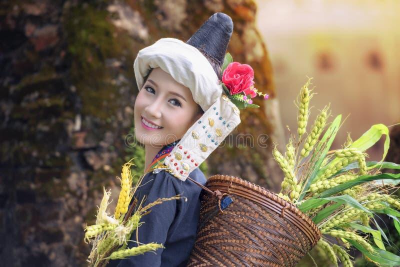 Belle fille tribale, tribu dans la belle robe de costume, image libre de droits