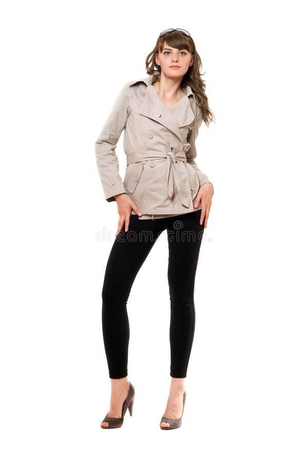 Belle fille utilisant un manteau et des guêtres noires image stock