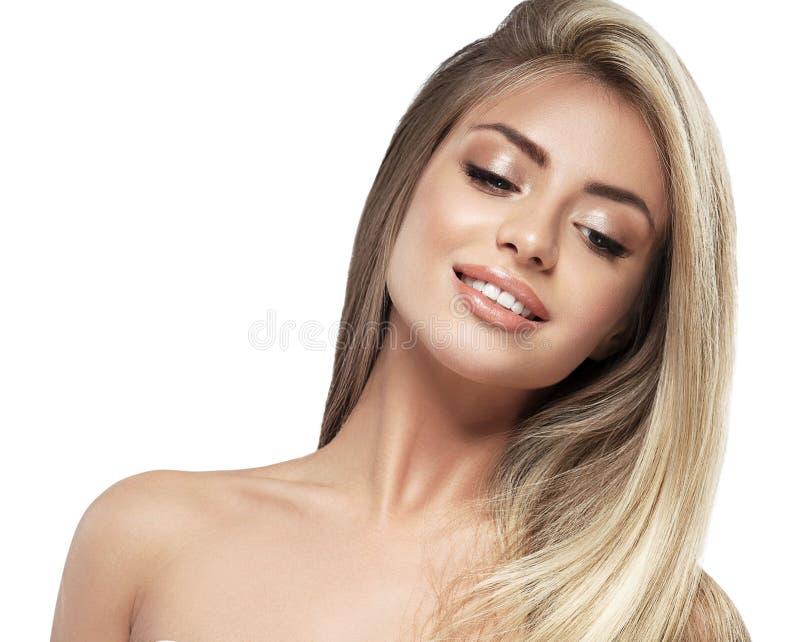 Belle fin de portrait de cheveux blonds de visage de femme vers le haut de studio sur de longs cheveux blancs images stock