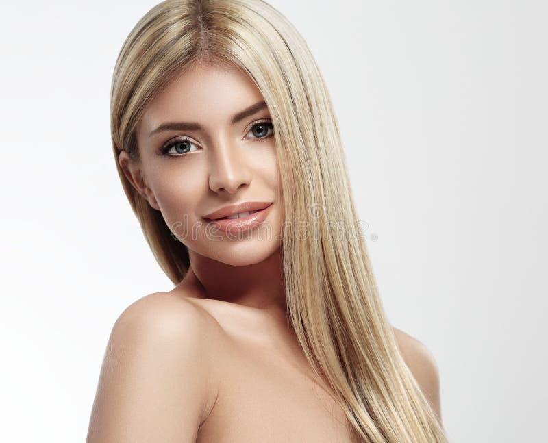 Belle fin de portrait de cheveux blonds de visage de femme vers le haut de studio sur de longs cheveux blancs image stock