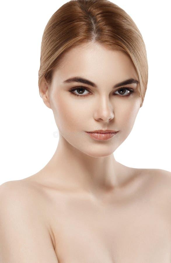Belle fin de visage de femme vers le haut de jeune studio de portrait sur le blanc image libre de droits
