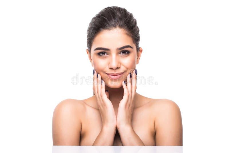 Belle fin de visage de femme vers le haut de studio sur le blanc Femelle de modèle de station thermale de beauté, plan rapproché  photographie stock libre de droits