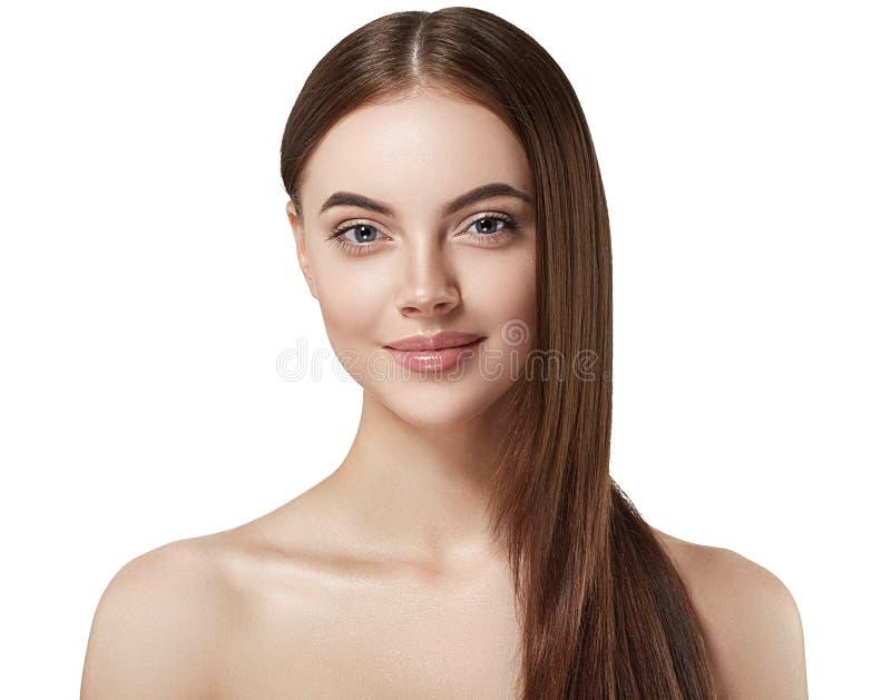 Belle fin de visage de femme vers le haut studio de longs beaux cheveux de portrait de jeune sur le blanc photos libres de droits