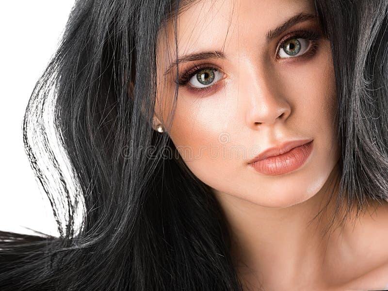 Belle fin de visage de femme de brune vers le haut de studio sur le blanc photographie stock libre de droits
