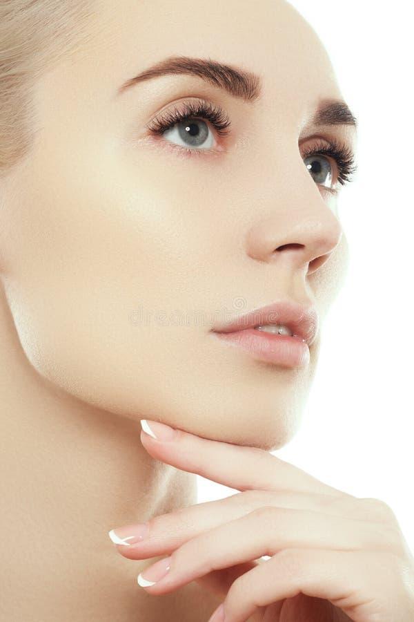 Belle fin de visage de femme vers le haut de studio de portrait sur le blanc photo stock