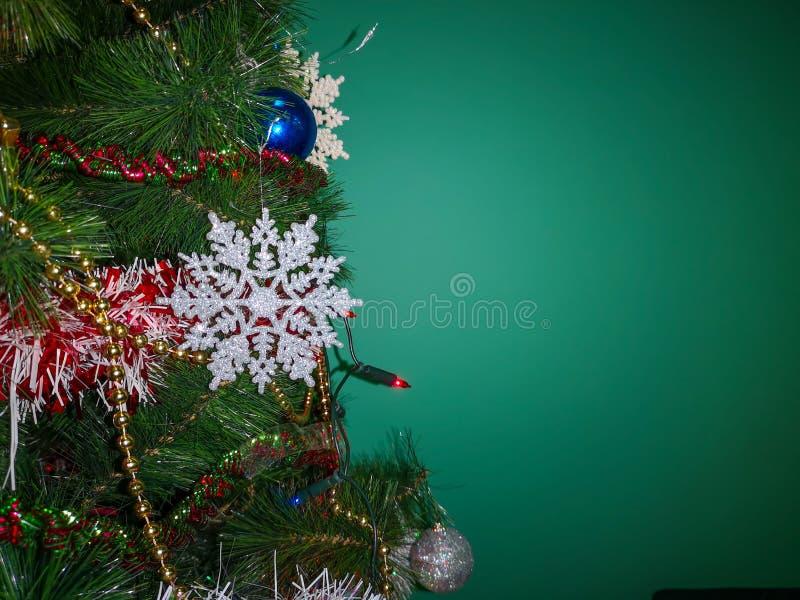 Belle fin sur un arbre de Noël décoré photographie stock