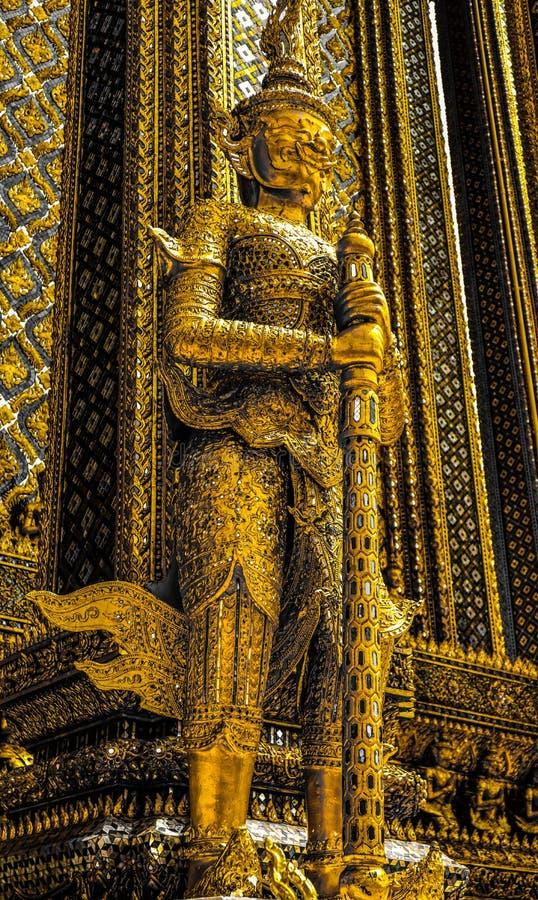 Belle fin vers le haut de blanc noir de couleur et or Wat Phra Kaew ou temple d'Emerald Buddha, pagoda de statues de gardien et p photos stock