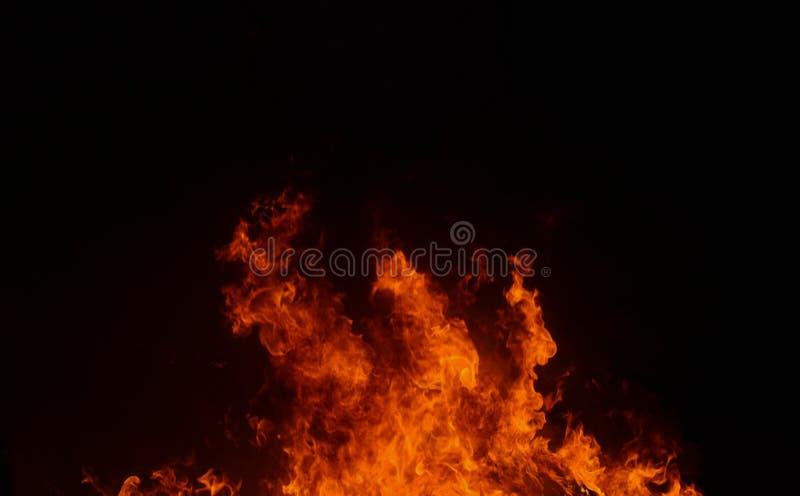 Belle flamme abstraite du feu sur le fond noir images stock