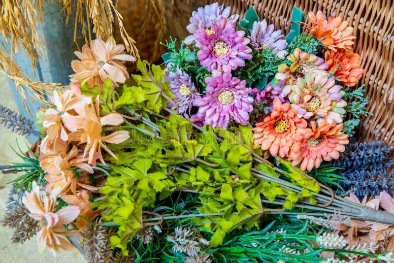 Belle fleur de fake colorée sur la table style café vantal photos libres de droits