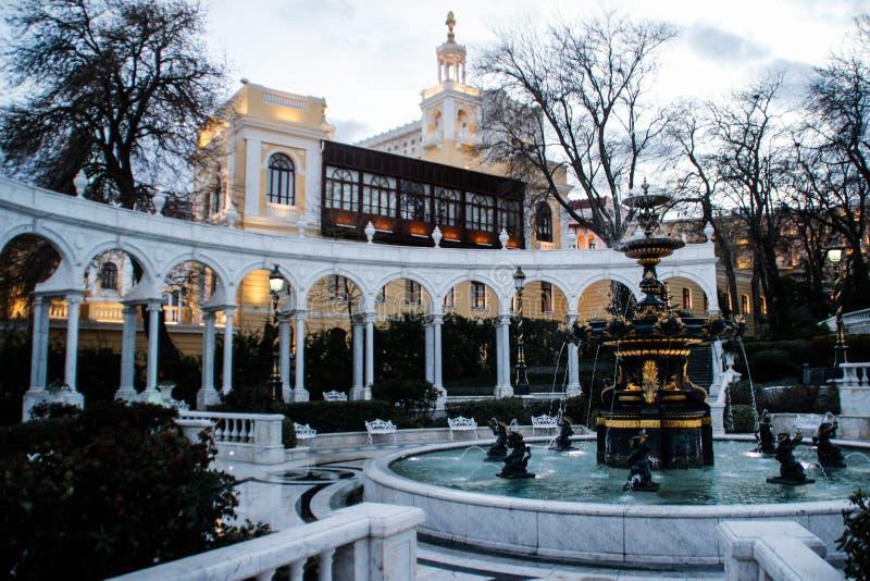 Belle fontaine blanche au centre historique de la vieille ville au coucher du soleil image libre de droits