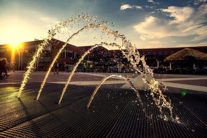 Belle fontaine décorative au coucher du soleil photos libres de droits