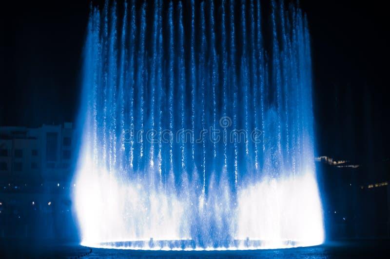 Belle fontaine de danse illuminée la nuit photo libre de droits