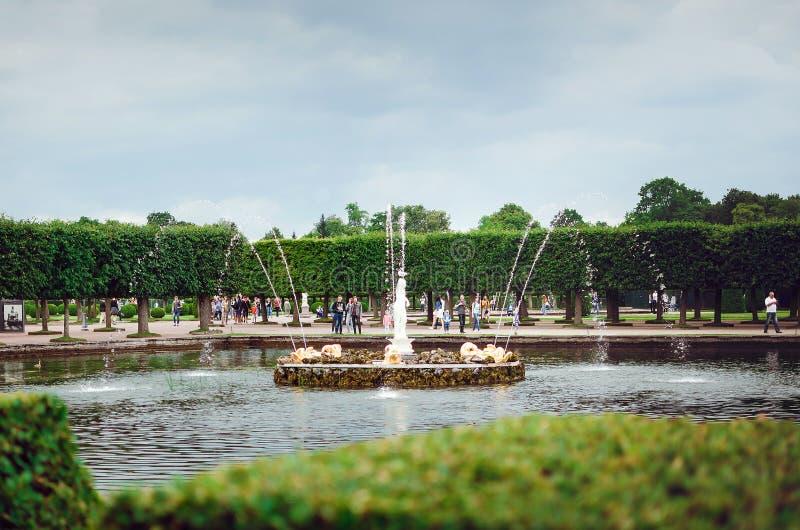 Belle fontaine du palais énuméré de l'UNESCO Peterhof à St Petersburg Beau images stock