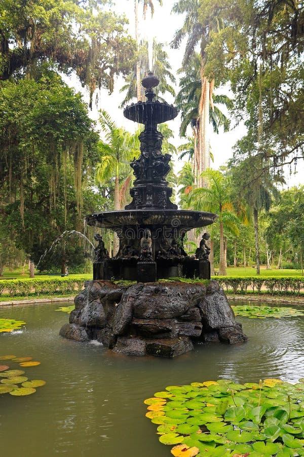 Belle fontaine en parc de jardin botanique de Rio de Janeiro, Brésil images libres de droits