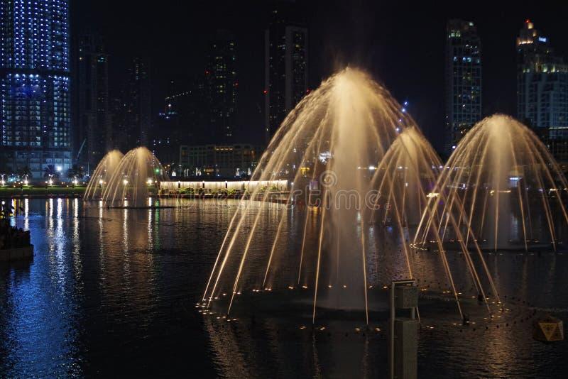 Belle fontaine la nuit, fond romantique photo libre de droits