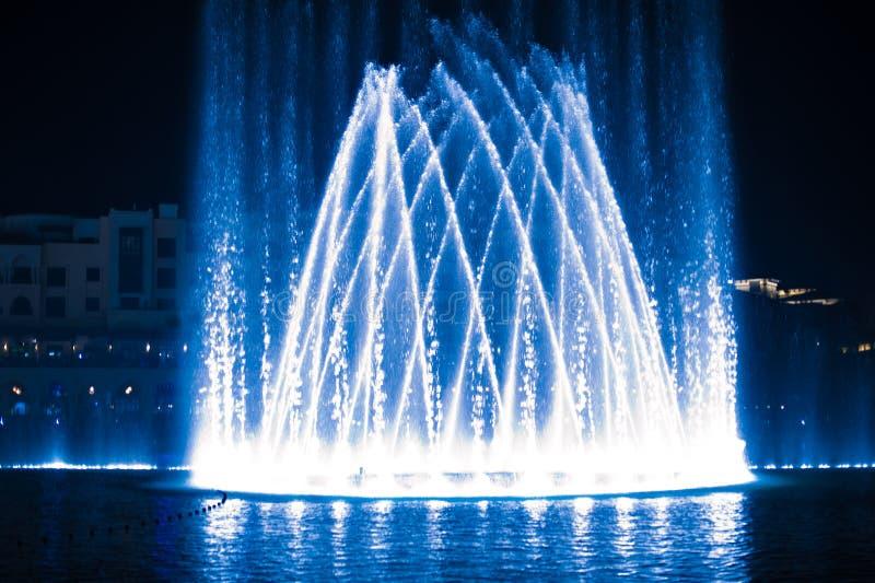 Belle fontaine la nuit illuminé avec la lumière bleue photo libre de droits