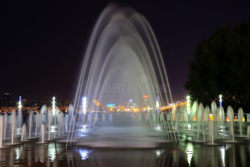 Belle fontaine pittoresque au fond du ciel nocturne de la ville Vue nocturne de Dnipropetrovsk, Ukraine, Dnipro photographie stock