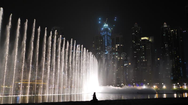 Belle fontane di dancing nel Dubai fotografia stock libera da diritti