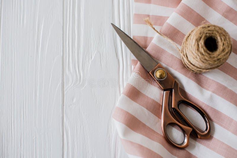 Belle forbici, tessuto a strisce e bobina della cordicella fotografia stock libera da diritti