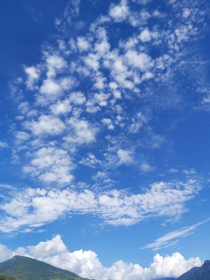 Belle formation de nuages au sommet de la montagne himalayenne comme un chemin laiteux images stock