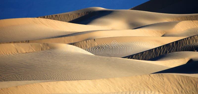 Belle formazioni della duna di sabbia in Death Valley California fotografia stock libera da diritti