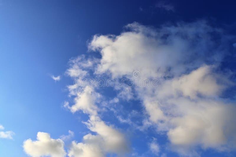 Belle formazioni lanuginose bianche della nuvola su un cielo blu profondo immagini stock