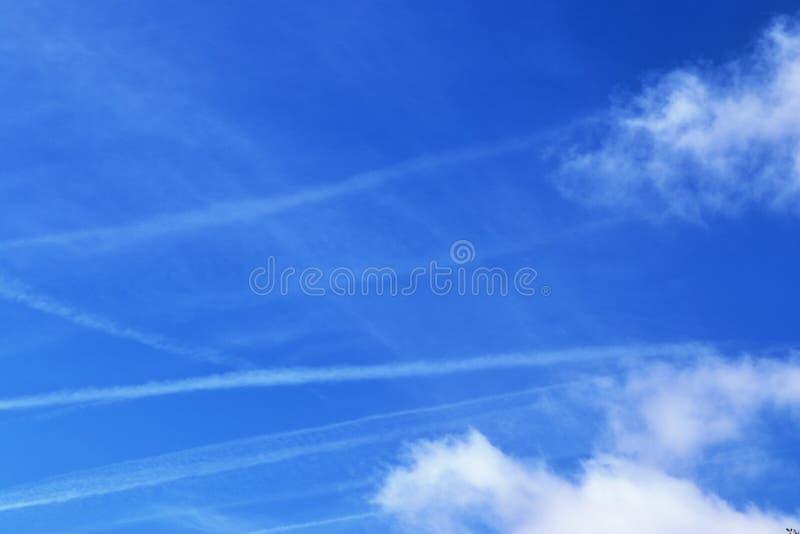 Belle formazioni lanuginose bianche della nuvola su un cielo blu profondo immagine stock