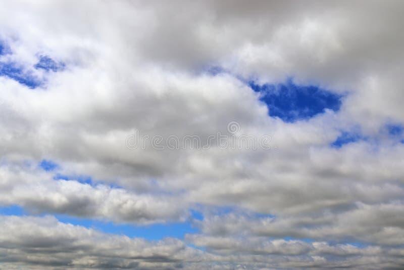 Belle formazioni miste della nuvola su un cielo blu immagine stock libera da diritti