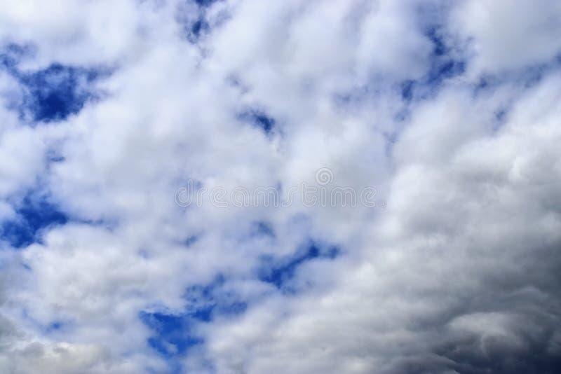 Belle formazioni miste della nuvola su un cielo blu fotografie stock libere da diritti