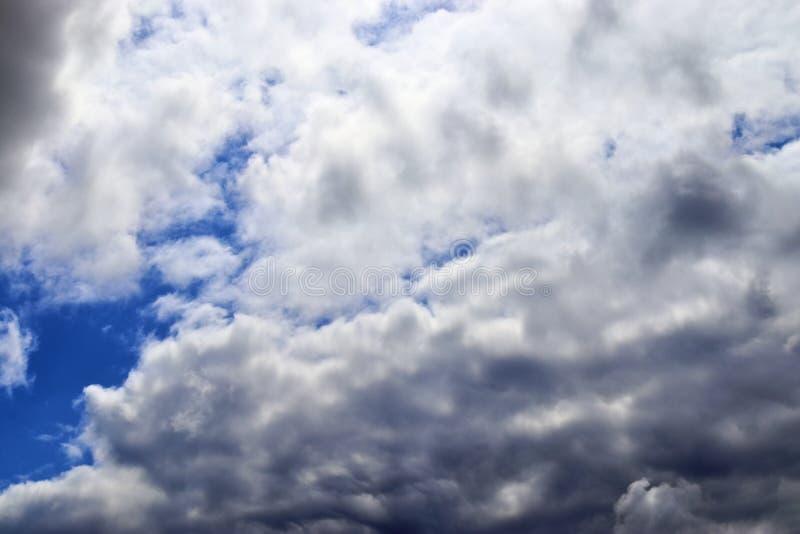Belle formazioni miste della nuvola su un cielo blu fotografia stock