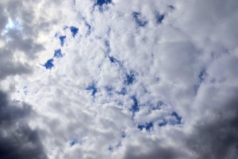 Belle formazioni miste della nuvola su un cielo blu fotografia stock libera da diritti