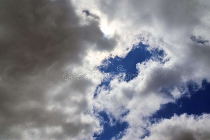 Belle formazioni miste della nuvola su un cielo blu immagini stock libere da diritti