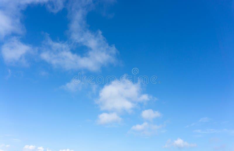 Belle forme de nuages pelucheux blancs sur le ciel bleu vif dans un jour suny photos stock